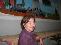 la prof.ssa Angelica Maimone ed il suo murales - I.C. Pascoli - 22 giugno 2010  - Castellammare del golfo (2631 clic)