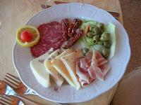 rustici e ruralità: chees, salami, aubergines (pomodoro secco, olive, salumi, formaggio fresco al peperoncino e alle noci) - Belvedere San Leonardo - 1 agosto 2010   - Erice (2900 clic)