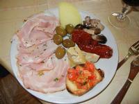 antipasto rustico: porchetta, bruschetta, olive, formaggio, pomodori secchi, funghetti, carciofini - Lu Saracinu - 21 agosto 2011  - Sambuca di sicilia (2256 clic)