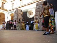 Spettacolo multietnico UNA SOLA FAMIGLIA UMANA nel cortile del Collegio dei Gesuiti - 19 giugno 2011  - Sciacca (851 clic)