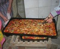 la pizza è cotta: si fanno le porzioni - 25 aprile 2010.  - Castellammare del golfo (3450 clic)