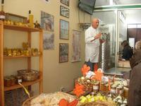 visita all'Apicoltura Cannizzaro - prodotti biologici - illustrazione della lavorazione del miele - 5 dicembre 2010  - Grammichele (2584 clic)