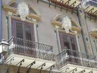 balconi di un palazzo gentilizio con le effigie dei proprietari - 8 agosto 2011 PALERMO LIDIA NAVARR
