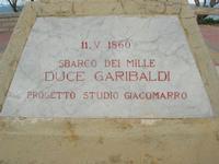 Capo Lilybeo (o Capo Boeo) - la base della colonna in memoria dello sbarco dei Mille - Duce Garibaldi - 11.5.1860 -, della Battaglia di Lepanto - Don Juan D'Austria - 1571-1573 e della Guerra Punica - Scipione L'Africano - 149-146 A.C. - 23 gennaio 2011  - Marsala (1115 clic)