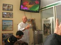 visita all'Apicoltura Cannizzaro - prodotti biologici - illustrazione della lavorazione del miele - 5 dicembre 2010  - Grammichele (2575 clic)