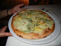 Pizza Quattro Formaggi, con provola, parmigiano, emmenthal, mozzarella e gorgonzola - Busith - 17 settembre 2011  - Buseto palizzolo (1064 clic)