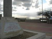 Capo Lilybeo (o Capo Boeo) - la base della colonna in memoria dello sbarco dei Mille - Duce Garibaldi - 11.5.1860 -, della Battaglia di Lepanto - Don Juan D'Austria - 1571-1573 e della Guerra Punica - Scipione L'Africano - 149-146 A.C. - 23 gennaio 2011  - Marsala (1045 clic)