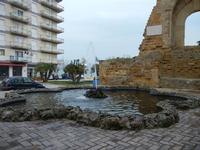 fontana in Piazza Mokarta e Porta del Castello Normanno - 25 aprile 2011  - Mazara del vallo (874 clic)
