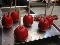 Carnevale - delizie sulle bancarelle: mele e mandorle caramellate - 8 marzo 2011  - Cinisi (2410 clic)