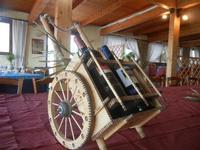 modellino in miniatura di carretto siciliano con bottiglie di vino - La Torre di Nubia - 20 novembre 2011  - Nubia (1159 clic)