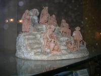 mini presepe in terracotta esposto in vetrina - 4 dicembre 2010  - Caltagirone (1941 clic)