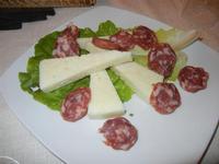 antipasto rustico: formaggio fresco e salame - Busith - 31 ottobre 2011  - Buseto palizzolo (942 clic)
