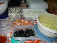 i condimenti per la pizza preparata in casa da Angela - 24 agosto 2011  - Alcamo (773 clic)