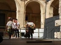 Spettacolo multietnico UNA SOLA FAMIGLIA UMANA nel cortile del Collegio dei Gesuiti - 19 giugno 2011  - Sciacca (569 clic)