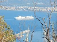 panorama dal Monte Pellegrino - la nave Excellent sta per entrare in porto - 8 agosto 2011 PALERMO L