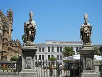 la Cattedrale Metropolitana della Santa Vergine Maria Assunta e Liceo Classico Vittorio Emanuele II