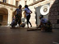 Spettacolo multietnico UNA SOLA FAMIGLIA UMANA nel cortile del Collegio dei Gesuiti - 19 giugno 2011  - Sciacca (576 clic)