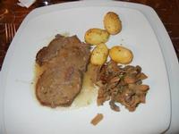 secondo: arrosto di vitello agli aromi, patate parisiennes, funghi trifolati - L'Agorà - 1 ottobre 2011  - Segesta (1029 clic)