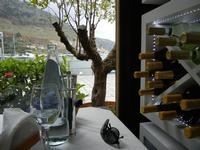 bottiglie di vino e vista sul porto - La Cambusa - 23 maggio 2011  - Castellammare del golfo (1031 clic)