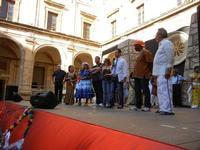 Spettacolo multietnico UNA SOLA FAMIGLIA UMANA nel cortile del Collegio dei Gesuiti - 19 giugno 2011  - Sciacca (1188 clic)