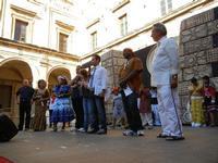 Spettacolo multietnico UNA SOLA FAMIGLIA UMANA nel cortile del Collegio dei Gesuiti - 19 giugno 2011  - Sciacca (1066 clic)