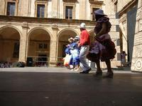 Spettacolo multietnico UNA SOLA FAMIGLIA UMANA nel cortile del Collegio dei Gesuiti - 19 giugno 2011  - Sciacca (879 clic)