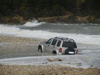 Baia di Guidaloca - macchina fuoristrada resta impantanata alla foce del fiume, mentre il mare è in tempesta - 6 gennaio 2012  - Castellammare del golfo (891 clic)