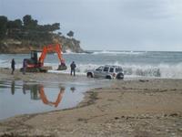 Baia di Guidaloca - escavatore in soccorso di una macchina fuoristrada rimasta impantanata alla foce del fiume, mentre il mare è in tempesta - 6 gennaio 2012  - Castellammare del golfo (927 clic)
