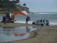 Baia di Guidaloca - escavatore in soccorso di una macchina fuoristrada rimasta impantanata alla foce del fiume, mentre il mare è in tempesta - 6 gennaio 2012  - Castellammare del golfo (949 clic)
