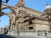 la Cattedrale Metropolitana della Santa Vergine Maria Assunta - archi, facciata laterale e cupola -