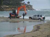 Baia di Guidaloca - escavatore in soccorso di una macchina fuoristrada rimasta impantanata alla foce del fiume, mentre il mare è in tempesta - 6 gennaio 2012  - Castellammare del golfo (883 clic)