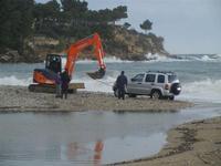 Baia di Guidaloca - escavatore in soccorso di una macchina fuoristrada rimasta impantanata alla foce del fiume, mentre il mare è in tempesta - 6 gennaio 2012  - Castellammare del golfo (914 clic)