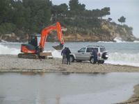 Baia di Guidaloca - escavatore in soccorso di una macchina fuoristrada rimasta impantanata alla foce del fiume, mentre il mare è in tempesta - 6 gennaio 2012  - Castellammare del golfo (893 clic)