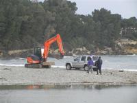 Baia di Guidaloca - escavatore in soccorso di una macchina fuoristrada rimasta impantanata alla foce del fiume, mentre il mare è in tempesta - 6 gennaio 2012  - Castellammare del golfo (952 clic)