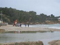 Baia di Guidaloca - escavatore in soccorso di una macchina fuoristrada rimasta impantanata alla foce del fiume, mentre il mare è in tempesta - 6 gennaio 2012  - Castellammare del golfo (1027 clic)