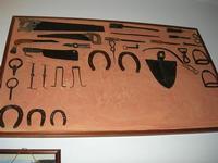 Castello di Rampinzeri - Sede LEGAMBIENTE - attrezzi in mostra - 6 giugno 2010  - Santa ninfa (2002 clic)