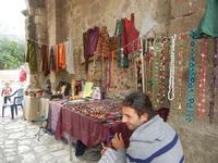 venditore ambulante sotto l'arco del Baglio Isonzo - 25 settembre 2011  - Scopello (1244 clic)