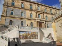 palazzo, scalinata e mosaico in maiolica policroma  nella piazza della Chiesa Santa Maria del Monte