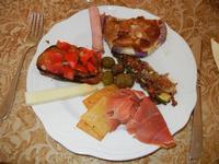 antipasto misto: bruschetta, formaggio fresco, olive, mortadella, prosciutto crudo, panelle, zucchina e melanzana panata - Due Palme - 2 giugno 2011  - Santa ninfa (1048 clic)
