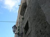 lampione e finestra con inferriata a petto d'oca - 5 aprile 2010   - Erice (2621 clic)