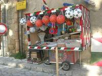 bancarella della frutta secca (simenza) dinanzi al Baglio Isonzo - 28 marzo 2010  - Scopello (3498 clic)