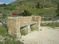area archeologica: antica panchina in pietra - 11 aprile 2010   - Segesta (3656 clic)