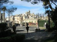 vista della città dal Giardino Pubblico Vittorio Emanuele - 5 dicembre 2010  - Caltagirone (1495 clic)