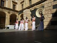 Spettacolo multietnico UNA SOLA FAMIGLIA UMANA nel cortile del Collegio dei Gesuiti - 19 giugno 2011  - Sciacca (628 clic)