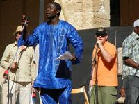 Spettacolo multietnico UNA SOLA FAMIGLIA UMANA nel cortile del Collegio dei Gesuiti - 19 giugno 2011  - Sciacca (618 clic)