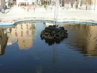 Piazza Mokarta - riflessi nella fontana con pesci - 19 settembre 2010  - Mazara del vallo (1273 clic)