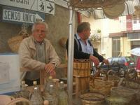 ARCHI DI PASQUA - bancarella dell'artigianato: panieri e contenitori per bottiglie in vimine - 18 aprile 2010  - San biagio platani (3952 clic)