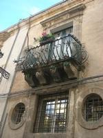 per le vie di Caltagirone - finestre e balcone - 4 dicembre 2010  - Caltagirone (1693 clic)
