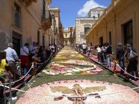 Infiorata 2010 - Bozzetti ispirati al tema: Musica dipinta: le forme e i colori della musica - Via Nicolaci - 16 maggio 2010  - Noto (2763 clic)