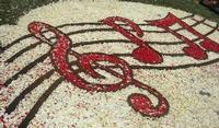 Infiorata 2010 - Bozzetti ispirati al tema: Musica dipinta: le forme e i colori della musica - OMAGGIO A MARK KOSTABI - particolare - Via Nicolaci - 16 maggio 2010  - Noto (3143 clic)